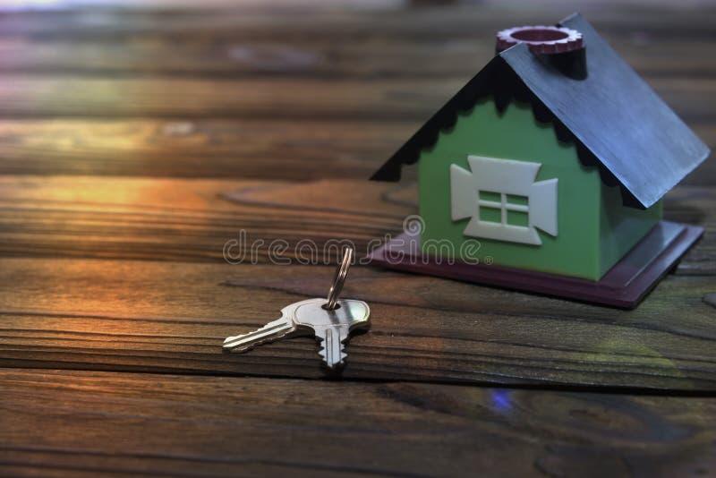 议院,在一张木桌上的钥匙 免版税库存照片