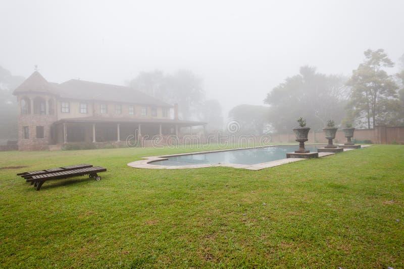 议院水池薄雾风景 免版税库存图片