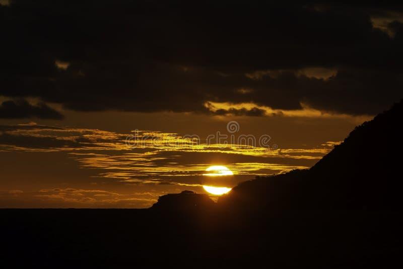 记下在Leblon海滩的惊人的太阳在里约热内卢 免版税库存照片