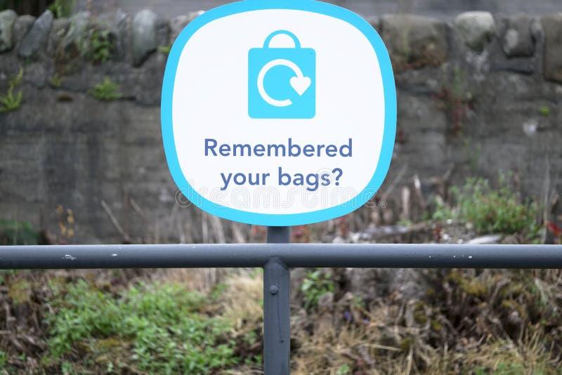 记住您的塑料袋签字在超级市场零售店标志 免版税库存图片