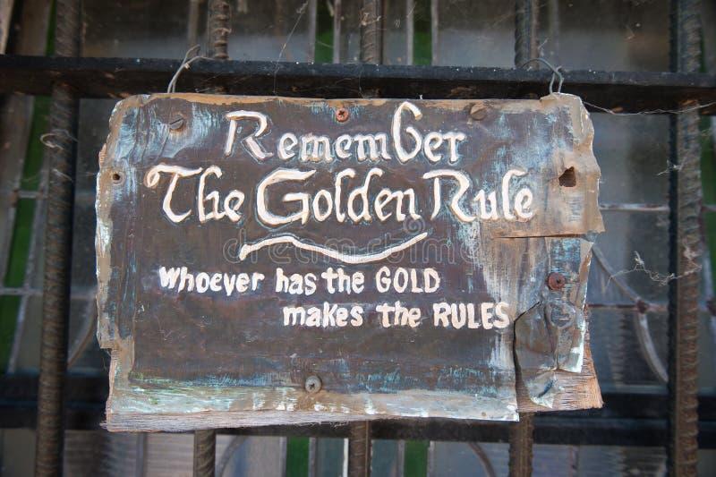 记住谁有金子的良好行为准则做规则签字 库存照片