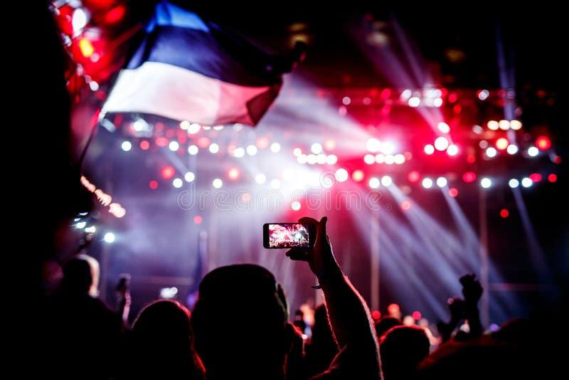 记录与手机的一个音乐会 免版税库存图片