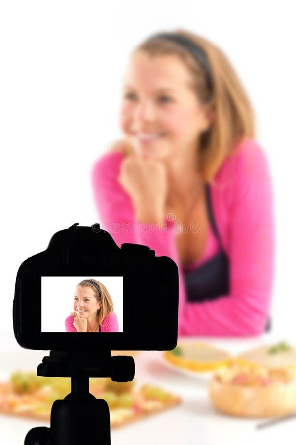 记录她的录影博克健康食品准备,食物博克概念的年轻女人 免版税库存照片