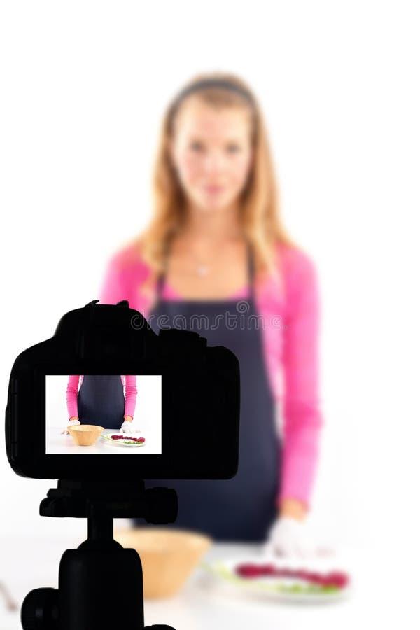记录她的录影博克健康食品准备,食物博克概念的年轻女人 免版税库存图片