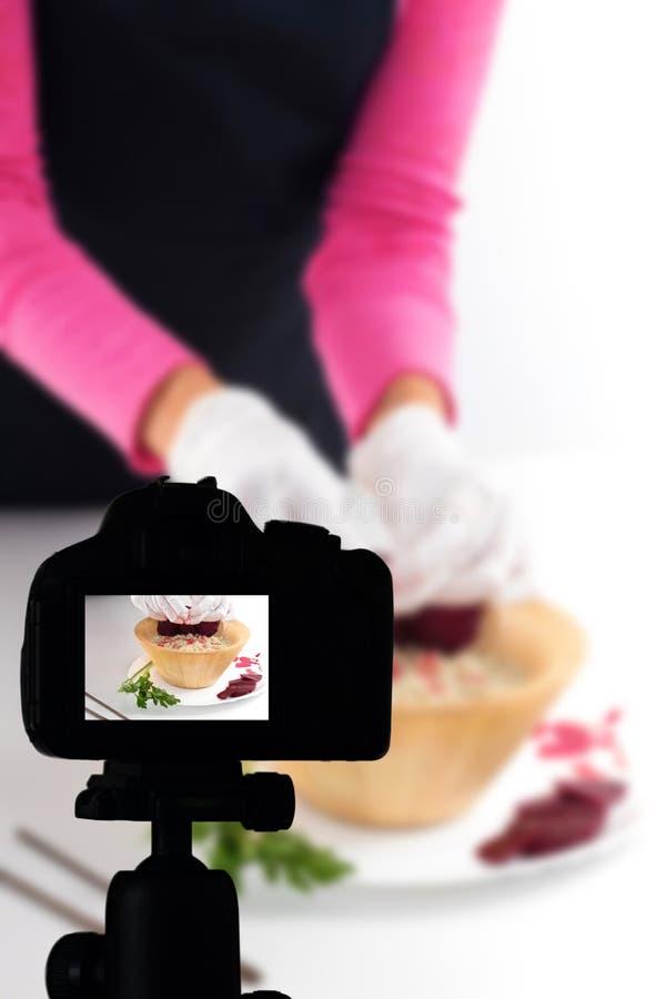 记录她的录影博克健康食品准备,食物博克概念的年轻女人 库存图片