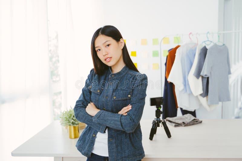 记录妇女时尚博客作者的年轻亚裔妇女画象录影 库存照片