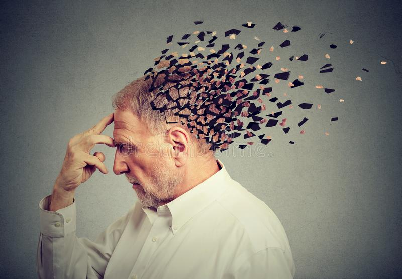 记忆损失由于老年痴呆 头的老人丢失的零件作为减少的头脑作用的标志的 图库摄影