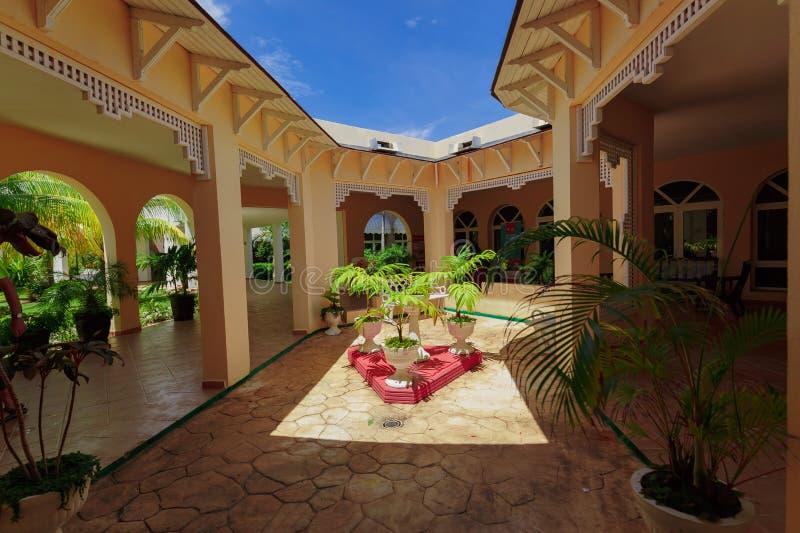 记忆Caribe旅馆地面华美的自然风景视图和与开放屋顶和蓝天的时髦的美好的建筑学 免版税库存图片