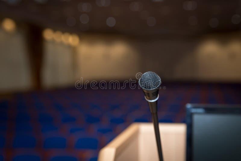 讲台在会场里 免版税库存图片