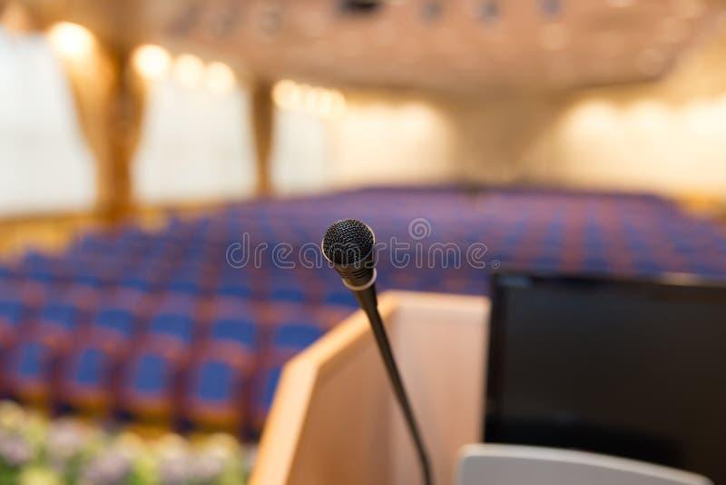 讲台在会场里 免版税库存照片