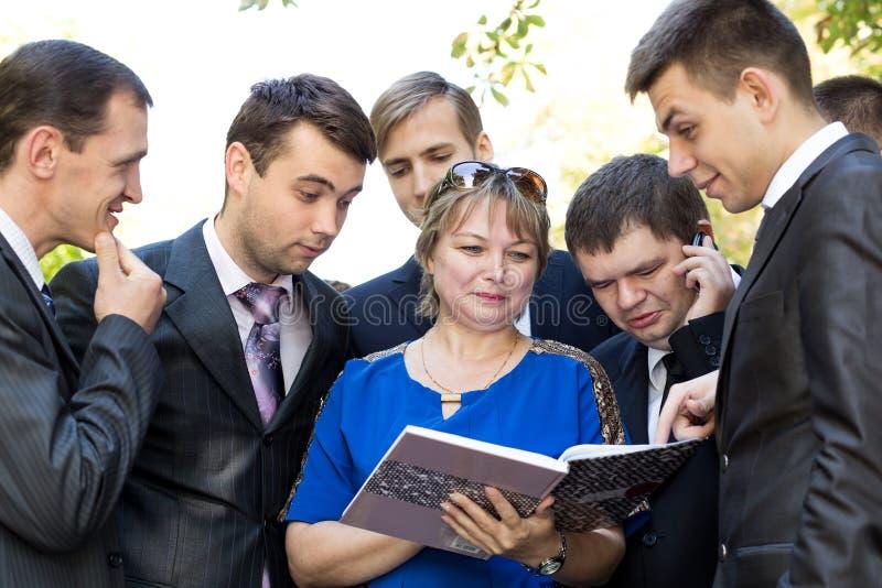 讲师回顾学生的家庭作业 库存照片