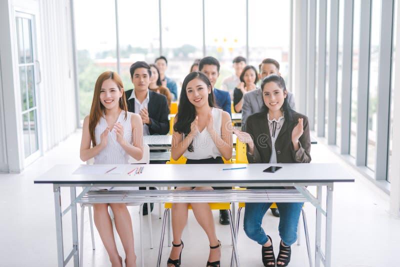 讲师的观众在会场候选会议地点拍的手上 免版税库存照片