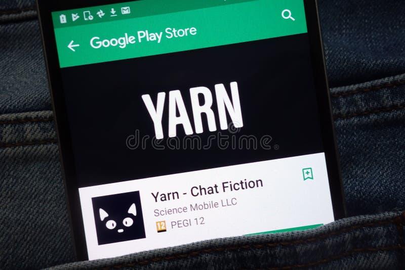 讲故事-闲谈在谷歌戏剧在智能手机显示的商店网站上的小说应用程序掩藏在牛仔裤装在口袋里 免版税库存图片