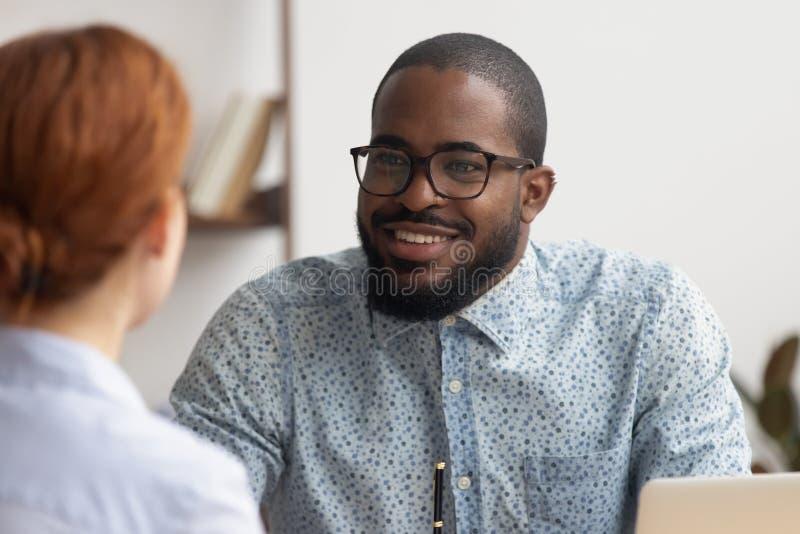 讲话两个多种族的商务伙伴,谈论,分享想法 免版税库存照片