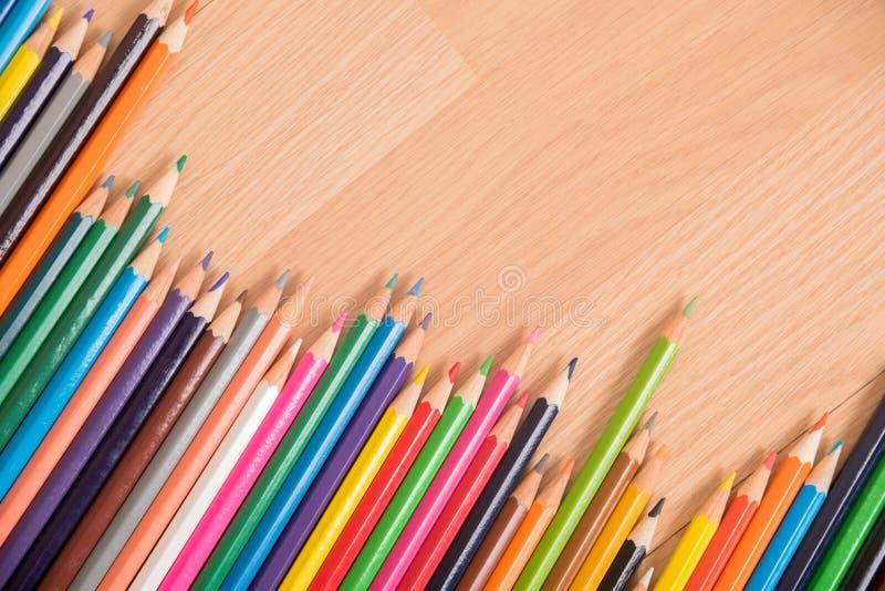 许多上色在木背景的铅笔 库存照片