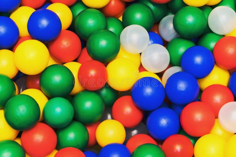 许多上色从儿童` s小镇的塑料球 免版税库存图片