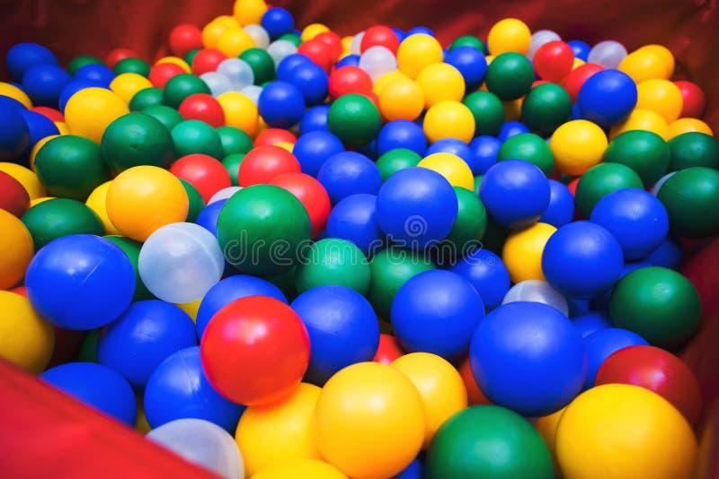 许多上色从儿童` s小镇的塑料球 免版税库存照片