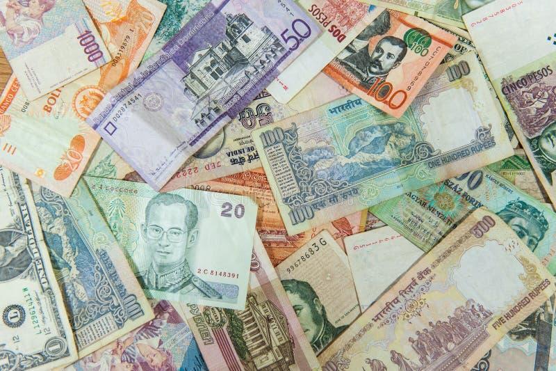 许多不同的国际金融法案/钞票 免版税图库摄影