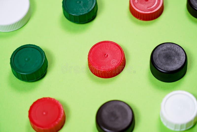 许多不同的类型使用的或新的电池,可再充电的累加器,在颜色背景的碱性电池 库存图片