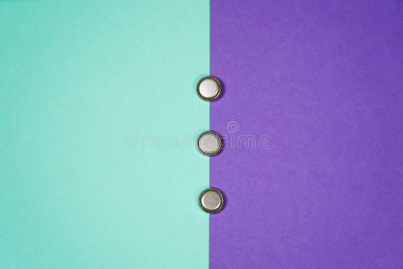 许多不同的类型使用的或新的电池,可再充电的累加器,在颜色背景的碱性电池 免版税库存图片