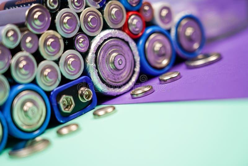 许多不同的类型使用的或新的电池,可再充电的累加器,在颜色背景的碱性电池 库存照片