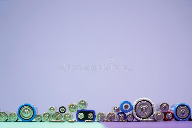 许多不同的类型使用的或新的电池,可再充电的accumulat 图库摄影