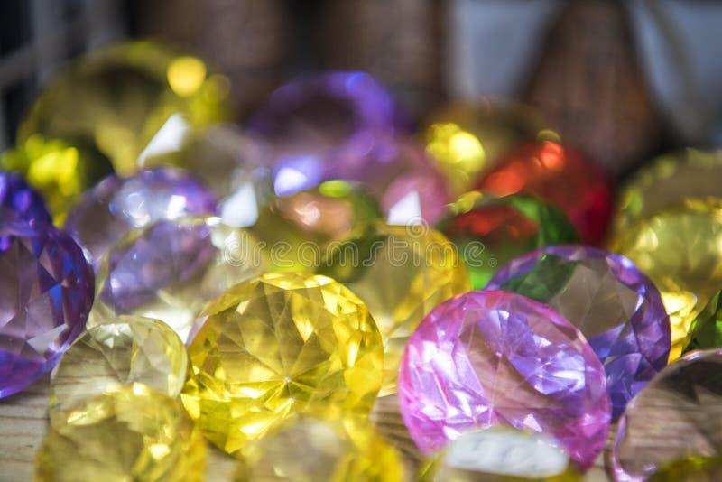 许多不同的自然宝石的汇集 首饰抽象照片  免版税库存照片