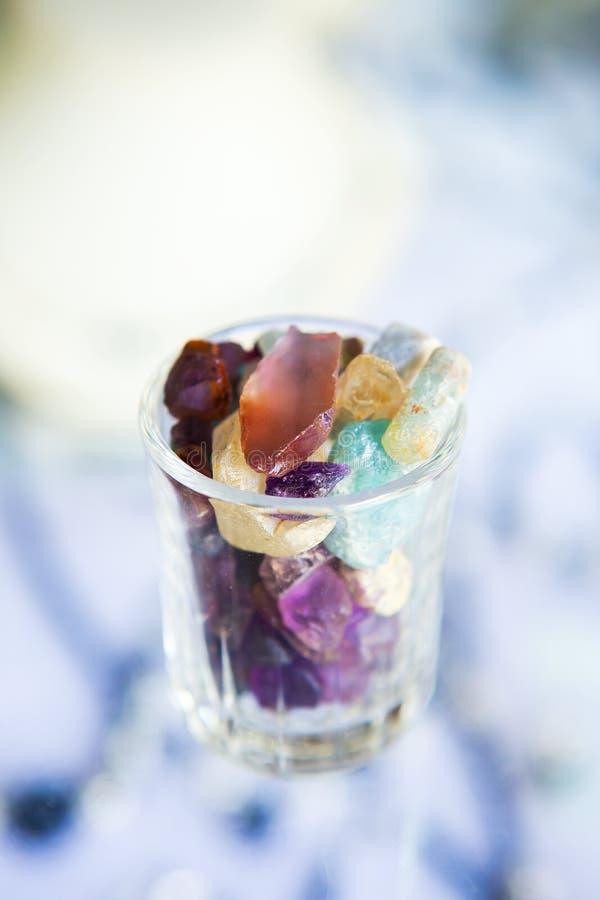 许多不同的自然宝石的汇集 库存图片