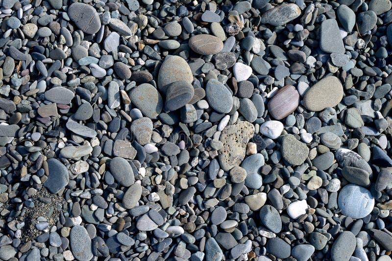许多中小型的海洋sladkih向形成背景扔石头 免版税库存照片
