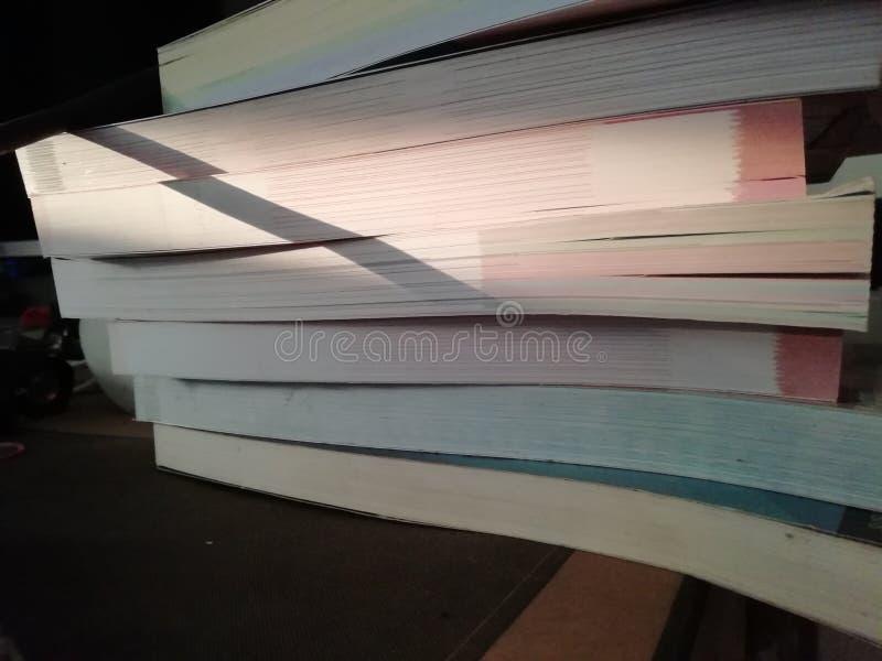 许多书投入了躺在 免版税库存照片
