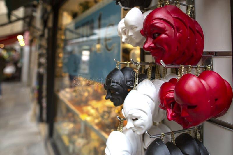 许多五颜六色的威尼斯式样式在威尼斯,意大利掩没纪念品 面具在威尼斯,意大利街道的一个纪念品店  面具有 库存图片