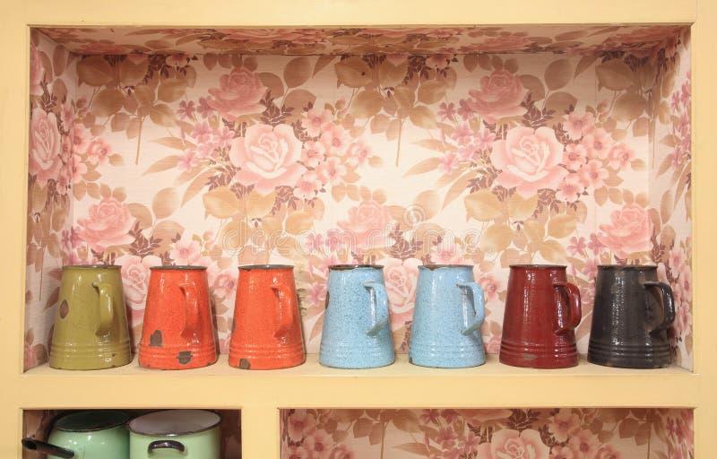 许多五颜六色的搪瓷杯子 免版税库存图片