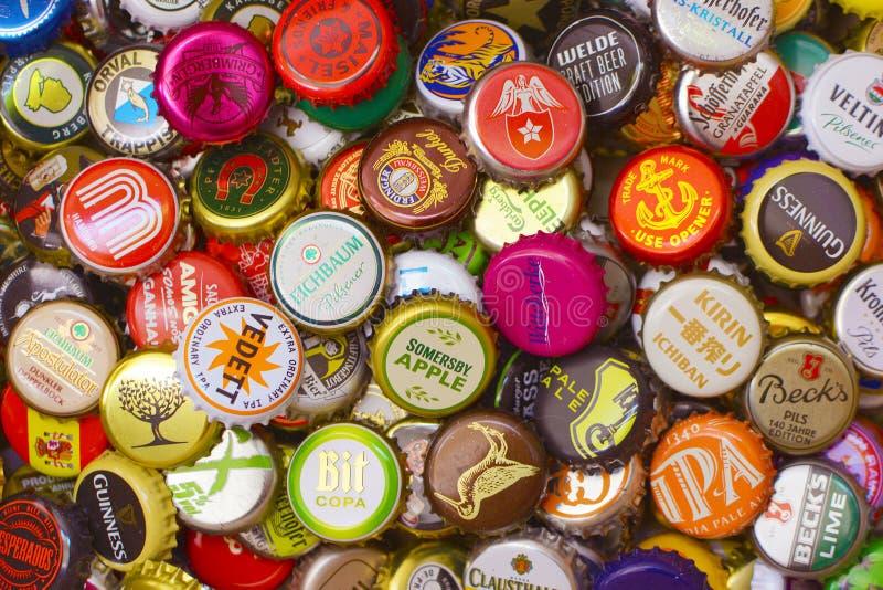 许多五颜六色的瓶盖,主要从啤酒瓶 库存照片
