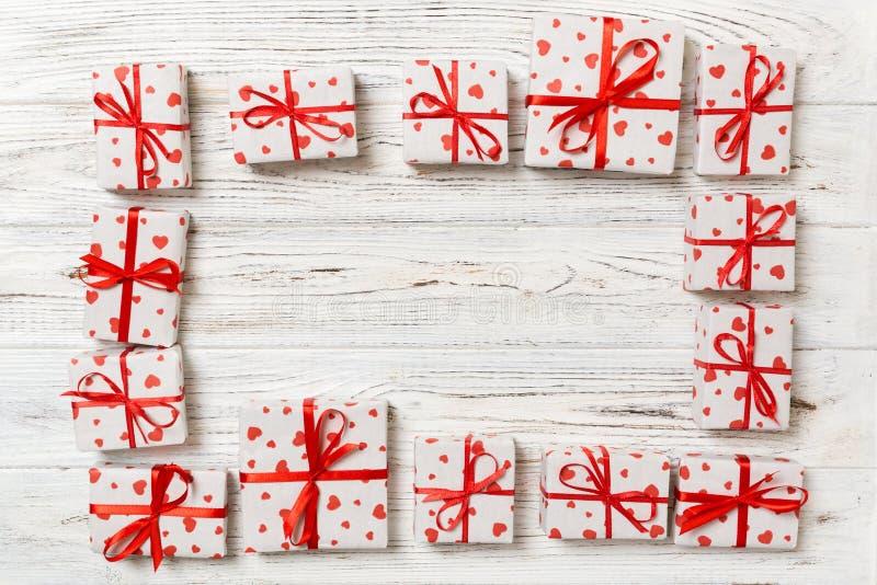 许多五颜六色的礼物盒框架有红色弓和心脏空白的拷贝空间顶视图、华伦泰或者其他假日庆祝 图库摄影