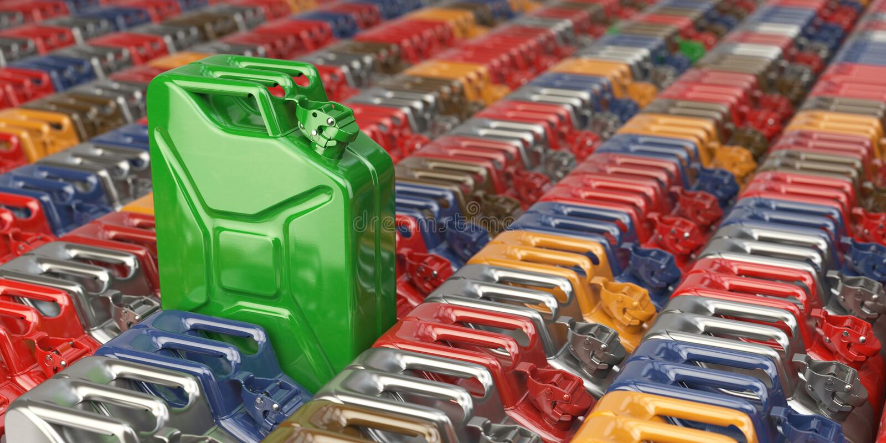 以许多其他为背景的绿色五加仑装之汽油罐罐头 生物f 皇族释放例证