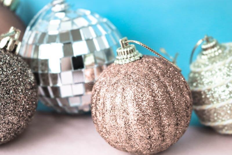 许多另外多彩多姿的发光的圣诞节装饰美丽的xmas欢乐圣诞节球,圣诞树玩具背景 图库摄影
