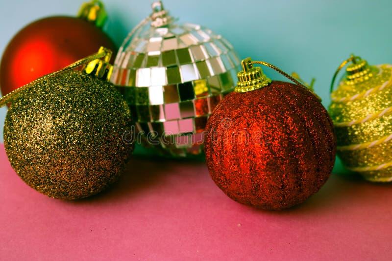 许多另外多彩多姿的发光的圣诞节装饰美丽的xmas欢乐圣诞节球,圣诞树玩具背景 免版税库存图片