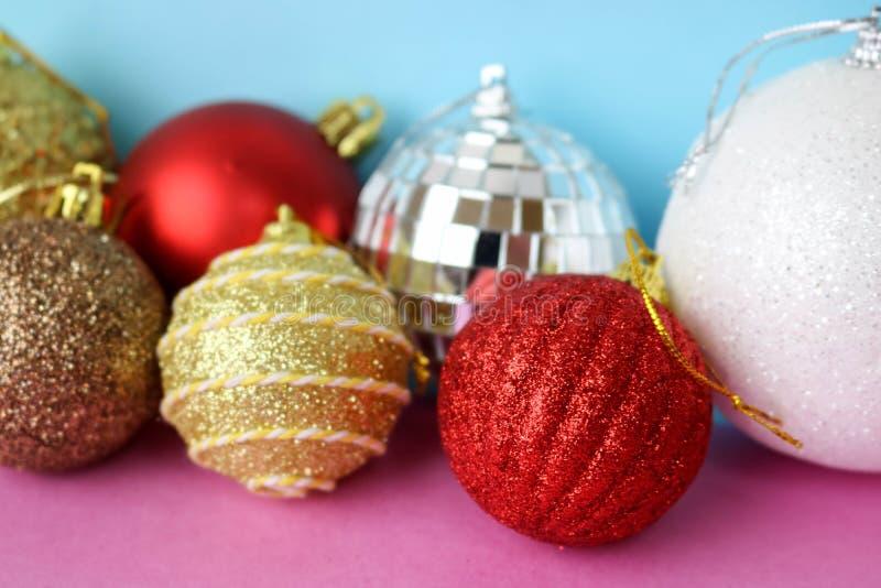 许多另外多彩多姿的发光的圣诞节装饰美丽的xmas欢乐圣诞节球,圣诞树玩具背景 库存图片