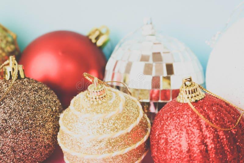 许多另外多彩多姿的发光的圣诞节装饰美丽的xmas欢乐圣诞节球,圣诞树玩具背景 免版税库存照片