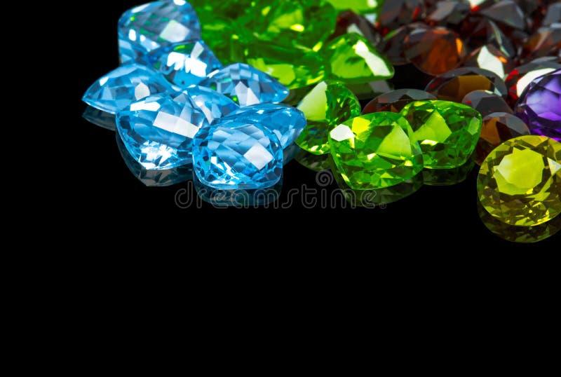许多另外自然宝石紫晶的汇集,柠檬色,蓝色黄玉,橄榄石,石榴石 免版税库存照片