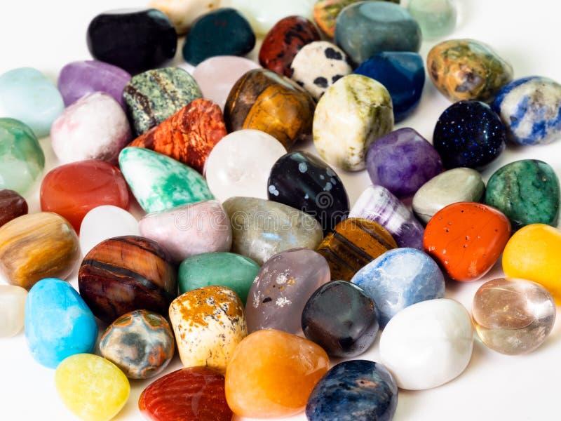 许多各种各样的宝石关闭  库存照片