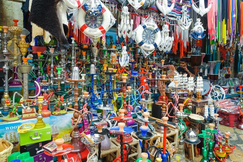 许多在以色列市场上的传统五颜六色的Shisha水管水烟筒 库存照片