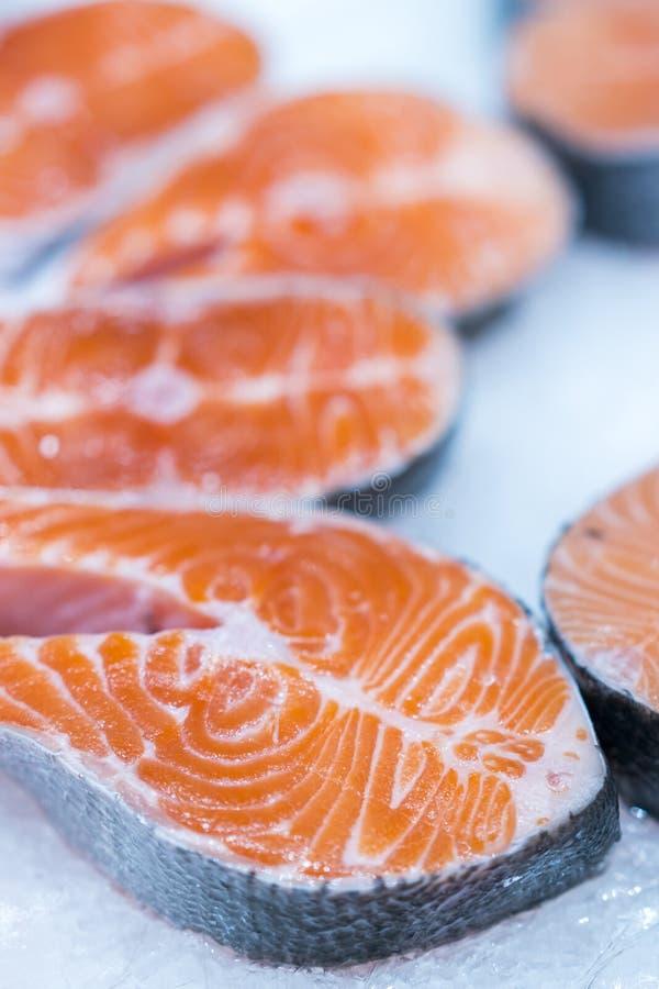 许多在冰的新鲜的未加工的鲑鱼排在超级市场 在冰的新鲜的未加工的三文鱼 大片断未加工的三文鱼 在冰的鱼 在coun的三文鱼 免版税库存图片
