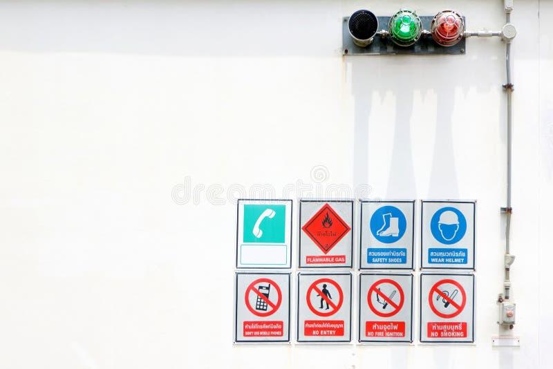 许多在危险区域,易燃气体,安全靴签字,头戴盔甲,不使用手机,没有词条,没有火燃烧,不 图库摄影