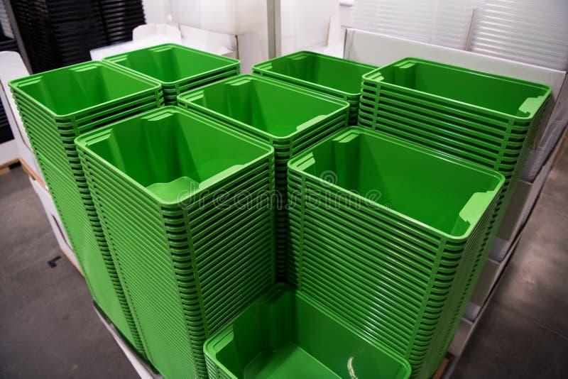 许多在商店的折叠的绿色箱子容器 库存图片