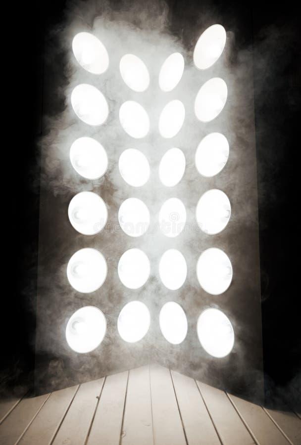 许多在木阶段的强有力的灯 免版税库存图片