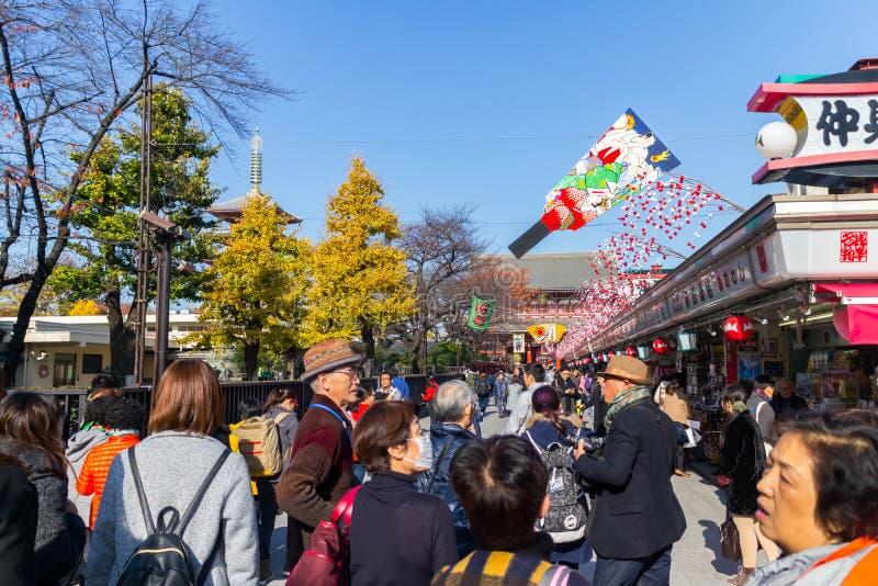 许多在浅草地区neary Senso籍寺庙的人民购物的街道 库存照片