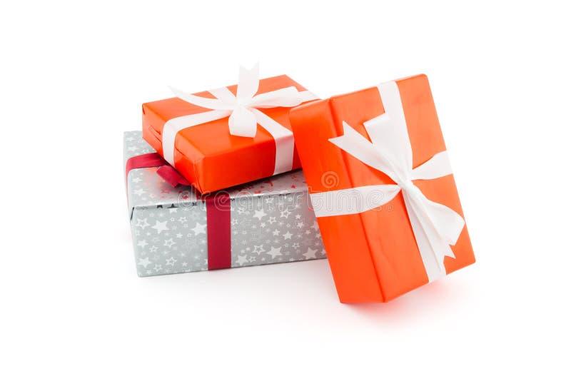 许多在白色背景隔绝的礼物盒白色丝带,使用f 图库摄影