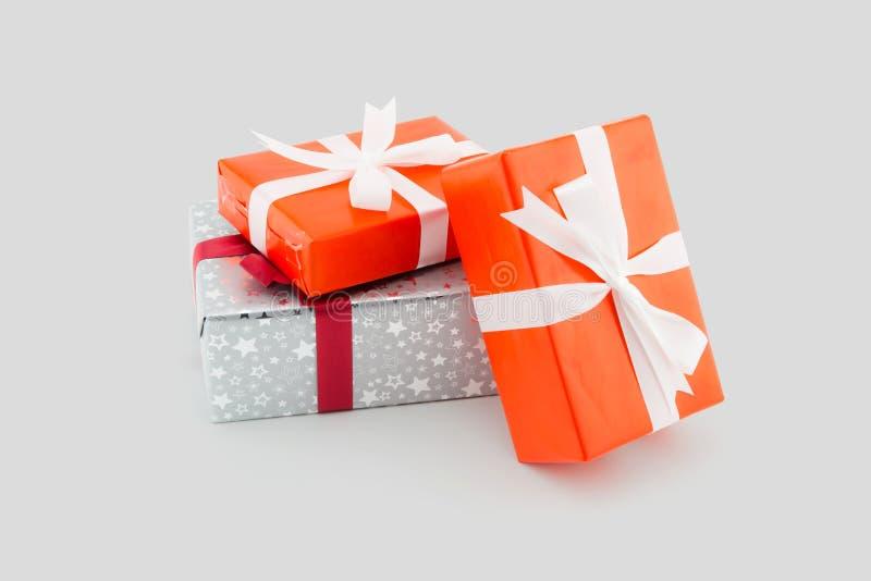 许多在白色隔绝的礼物盒白色丝带,使用为圣诞节和新年或者假日其他 免版税库存照片