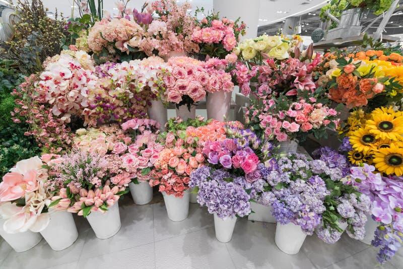 许多在花店的花 免版税库存图片